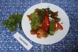 Шаг 5. Перед подачей выложить салат в тарелку и украсить петрушкой.