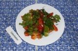 Готовое блюдо: салат из помидоров и зелени