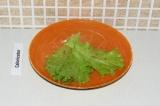 Шаг 5. Выложить листья салата на тарелку.