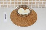 Шаг 8. Разрезать яйцо пополам и положить рядом с салатом.