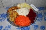 Шаг 9. Добавить жареный картофель. На серединку выложить соус.