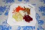 Шаг 10. Выложить по немного каждого ингредиента и соуса. Перед подачей перемешат