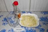 Шаг 1. Нашинковать капусту, посолить, помять руками. Выложить в тарелку. Смешать
