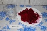 Шаг 2. Свеклу натереть на мелкой терке, выложить в тарелку, залить водой с уксус