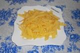 Шаг 4. Картофель нарезать соломкой, посолить.