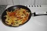 Шаг 5. Жарить картофель до золотистой корочки со всех сторон.