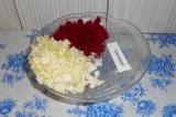 Шаг 7. Выложить капусту и свеклу в салатник.