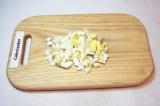 Шаг 3. Отварить яйца, почистить и порезать кубиками.