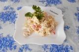 Готовое блюдо: салат из крабового и куриного мяса