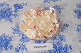 Шаг 4. Нарезать лук мелкими кубиками и выложить следующим слоем.