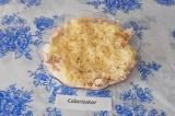 Шаг 7. Последний слой – тертый сыр.