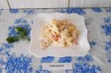 Шаг 8. Перед подачей выложить салат в тарелку и украсить веточкой петрушки.