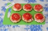 Шаг 4. Нарезать помидоры кольцами и выложить сверху куриного филе.