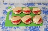 Шаг 5. Сыр нарезать кусочками и выложить сверху помидоров.