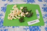 Шаг 1. Брокколи и цветную капусту разделить на мелкие соцветия.