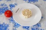 Шаг 6. Вынуть из формочки котлеты и украсить ее помидором или любыми другими ово