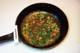 Шаг 10. Обжарить в растительном масле лук, добавить помидор, перец и зелень.
