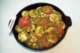 Шаг 11. Полученным соусом залить овощи. Накрыть крышкой. Выпекать при температур