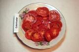 Шаг 2. 4 помидора нарезать кружочками.
