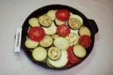 Шаг 5. Выложить кабачок, баклажан и помидор в форму для запекания, чередуя.