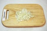Шаг 6. Приготовить соус, для этого лук мелко нарезать.