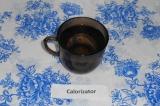 Шаг 1. Налить кипяток в кружку, неполный стакан.