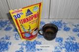 Шаг 2. Добавить одну чайную ложку цикория. Перемешать.