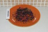 Шаг 8. Выложить салат красиво на тарелку и присыпать кунжутом.