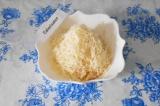 Шаг 1. Натереть сыр на мелкой терке.