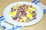 Готовое блюдо: салат с капустой и кукурузой