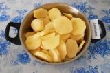 Шаг 1. Картофель нарезать кружками, выложить в большую емкость.