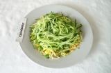 Шаг 9. Вторым слоем на салат выложить половину огурцов, немного посолить.