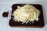 Шаг 1. Картофель очистить и натереть на тёрке для корейской моркови. Промыть
