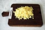 Шаг 4. Сыр натереть на крупной тёрке.