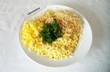 Шаг 6. Смешать картофель, яйца, сыр и петрушку. Посолить. Немного картофеля