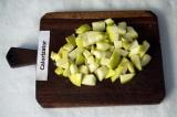 Шаг 5. Яблоко нарезать квадратиками.