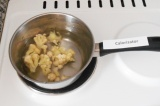 Шаг 1. В воду закинуть цветную капусту, поварить 2-3 минуты.