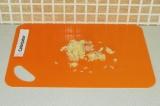 Шаг 3. Очистить и порубить мелко чеснок.