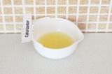 Шаг 6. Выжать сок лимона.