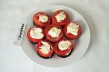 Шаг 7. Сверху выложить помидоры и смазать майонезом.