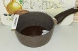 Шаг 9. Кокосовое масло смешать с подсластителями и отправить на плиту до полного