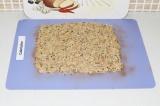 Шаг 6. Выложить смесь на коврик и разровнять тонким слоем.