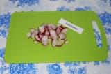 Шаг 2. Редис нарезать в произвольной форме и добавить его к капусте. Перемешать.