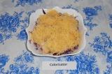 Шаг 5. Натереть сыр на мелкой терке и выложить его сверху.