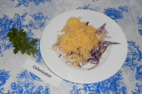 Шаг 6. Перед подачей украсить салат зеленью.