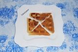 Шаг 1. Разрезать вафли на 4 части и выложить на тарелку (1 вафлю).