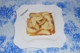 Шаг 3. Нарезать яблоко дольками и выложить следующим слоем.