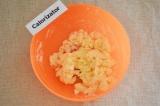 Шаг 2. С помощью миксера взбить масло с сахаром.