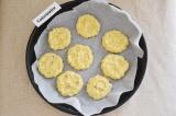 Шаг 8. Сформировать печеньки, выложить их на застеленный пергаментом противень