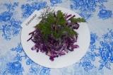 Готовое блюдо: салат из красной капусты и редьки